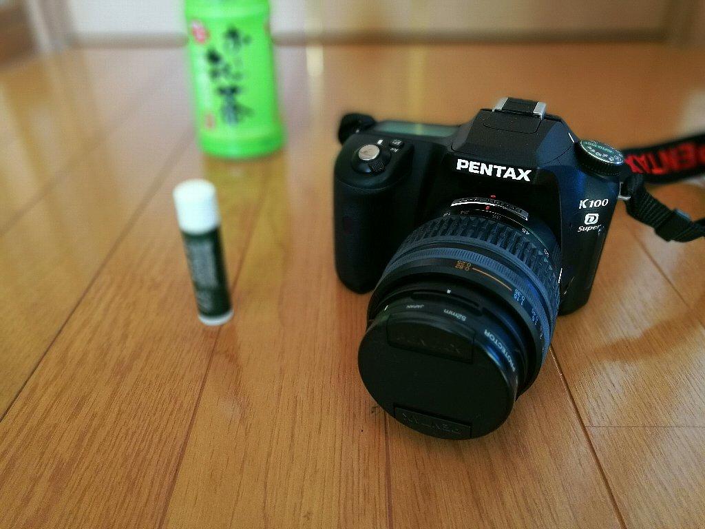 カメラの「PENTAX」というロゴにピントを合わせました