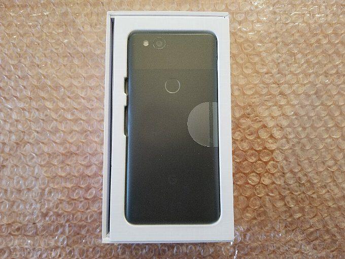 iPhoneXは箱を開けても端末がみえませんが、Pixel2はすぐに出てきます